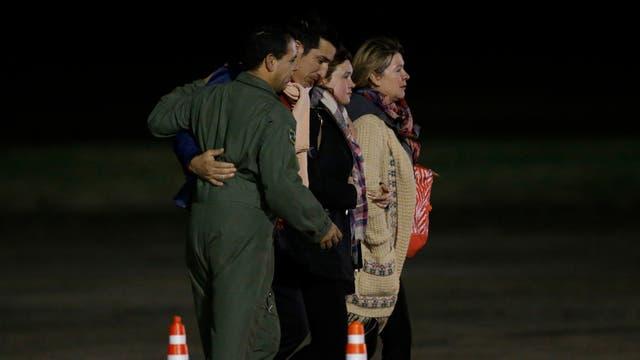 Anoche familiares de las víctimas esperaban en Palomar la llegada de los cuerpos.