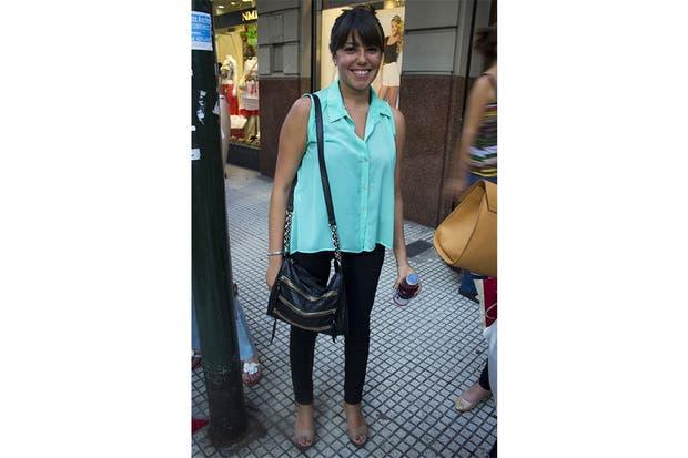 Otra camisita sin mangas. Esta vez aguamarina y combinada con pantalón negro bien adherente. Foto: Agustina Ferreri