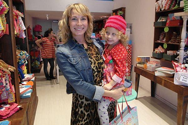 Muy sonrientes, madre e hija se fueron de shopping. Gloria Carrá, que combinó animal print y jean, pasó con Amelia, con un look muy divertido, por el local de Zuppa. Foto: Plan A