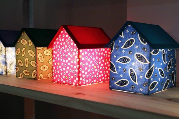 Las casitas luminosas de Home Made Home para alegrar cualquier ambiente de la casa.  /Matías Aimar