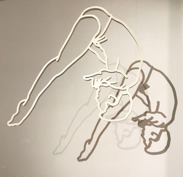 Ejemplar de la serie Clavadistas, que se expone en la embajada de Brasil en el marco de la Bienalsur