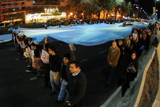 Por la avenida 9 de Julio desfilaron  filas de caceroleros con una extensa bandera argentina. Foto: DyN
