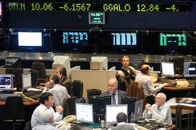 Termina una semana negra para los mercados: el dólar oficial sube, el blue baja y la bolsa opera sin tendencia firme