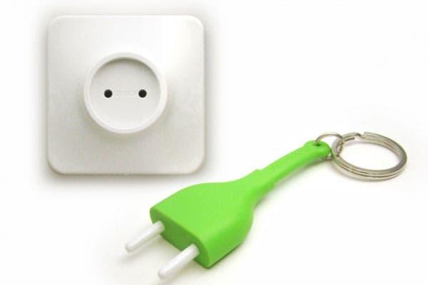 Simple y práctico. Pegás el artefacto a la pared y te llevás el enchufe (de plástico) en el llavero. Cuando llegás a tu casa, lo enchufás y listo. Foto: gadgetsin.com