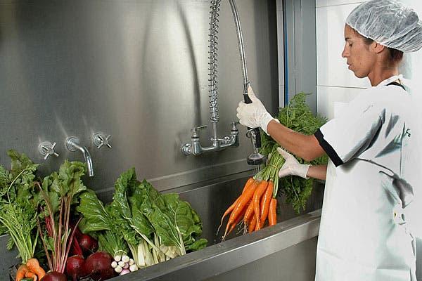El proceso de lavado de las verduras.