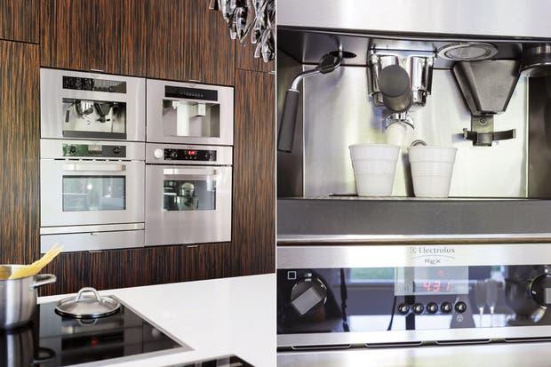 Los artefactos de acero inoxidable se empotraron: la cafetera, el horno con calienta-platos, el microondas y la máquina de hielo contenidos por el mueble vertical y el anafe vitrocerámico 'Rex' de Electrolux, en la isla.  /Daniel Karp