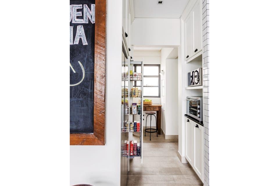 En el piso, el porcelanato gris con veta (SBG) agrega una textura de aspecto natural. El marco del pizarrón es de madera recuperada, igual que las dos mesas (una en el centro del ambiente y otra complementaria, junto a la entrada de servicio). Banqueta regulable (Estación Ortiz).  Foto:Living /Daniel Karp