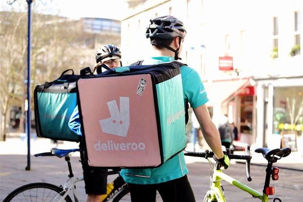 Los ciclistas de Deliveroo, que entregan comida a diario en bicicleta, reclaman para conformar un sindicato