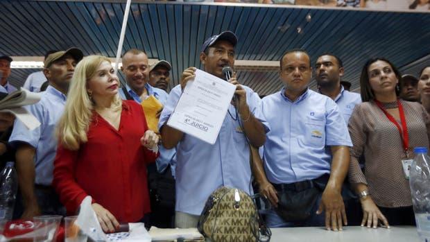 Adan Tortolero, miembro del Sindicato de Trabajadores de General Motors, se dirige a los empleados de la planta de la compañía en Valencia, Venezuela