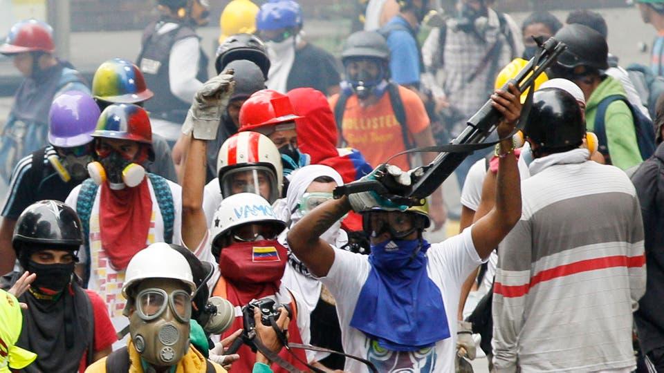 Al menos 40 ya fueron juzgados en un destacamento militar, acusados de instigación a la rebelión y delitos de ataque al centinela. Foto: AP / Ariana Cubillos