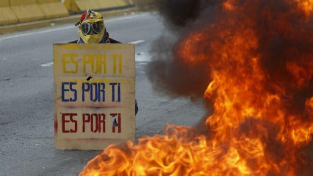 Un manifestante en las calles de Caracas