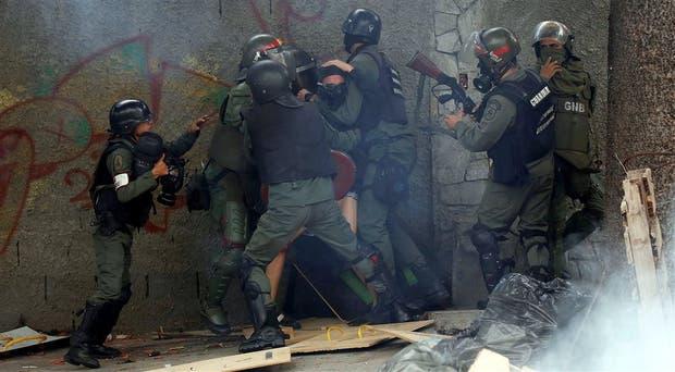 Un manifestante es detenido, ayer en Caracas, durante una huelga convocada en contra del gobierno de Maduro