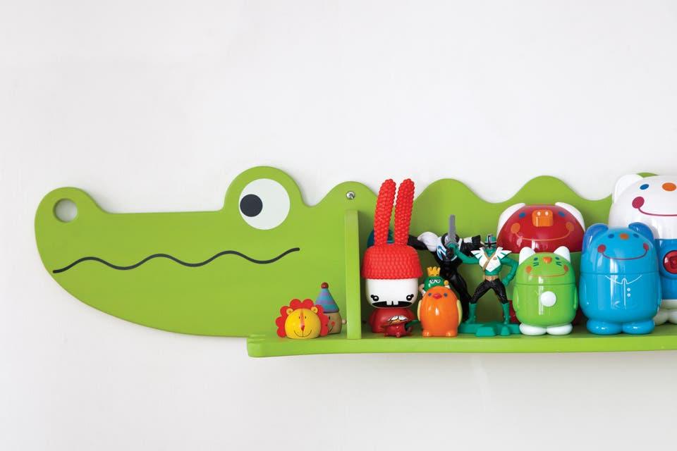 El estante con forma de cocodrilo fue comprado en una feria.  /Magalí Saberian