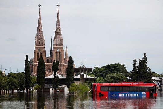 La crecida del río Luján superó los 5 metros y el agua estuvo cerca de ingresar a la Basílica. Foto: LA NACION / Silvana Colombo