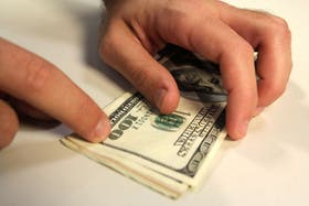 Los economistas alertaron acerca del impacto que tiene la suba del dólar en la actividad económica