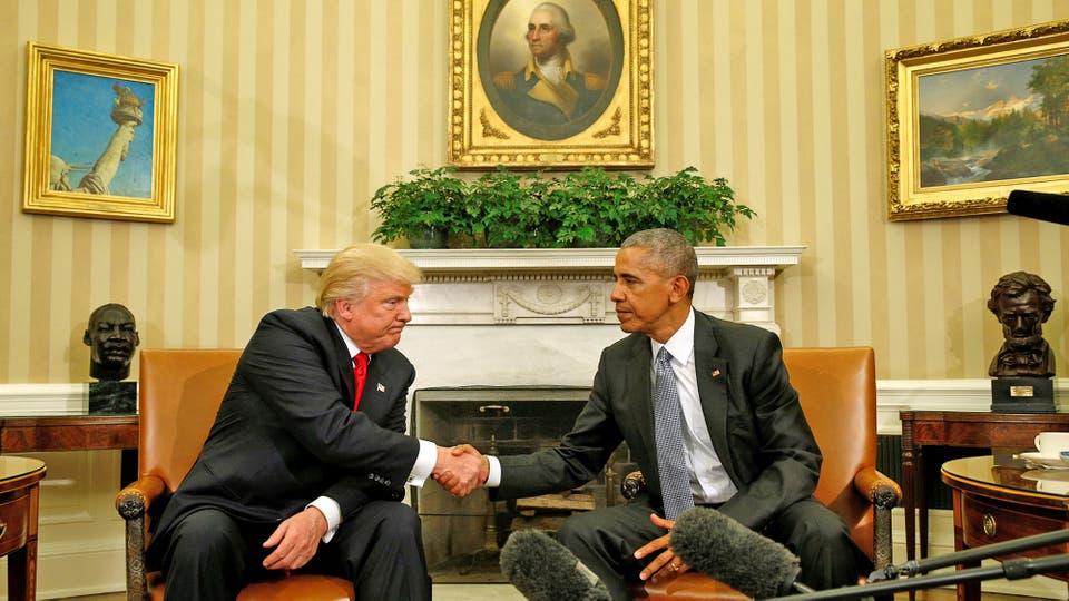 Entre miradas incómodas, el actual y el futuro Presidente de EE.UU., estrecharon sus manos. Foto: Reuters / Kevin Lamarque