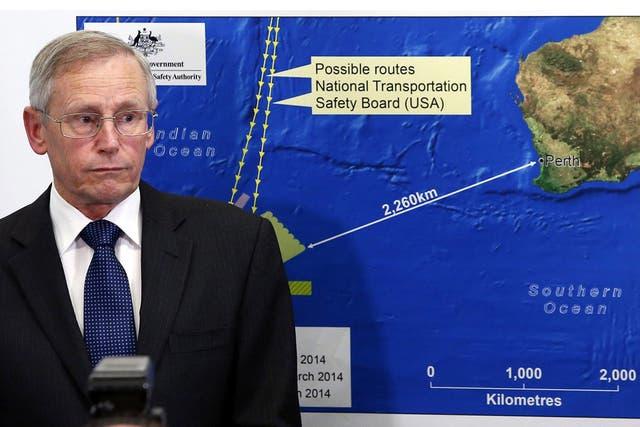 John Young, de la División de Respuestas de Emergencia de la Autoridad Australiana de Seguridad Marítima, en la rueda de prensa en la que anunció el hallazgo de posibles objetos del avión de Malaysia Airlines