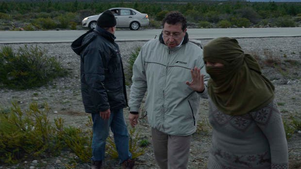 Un mapuche encapuchado durante el operativo realizado ayer
