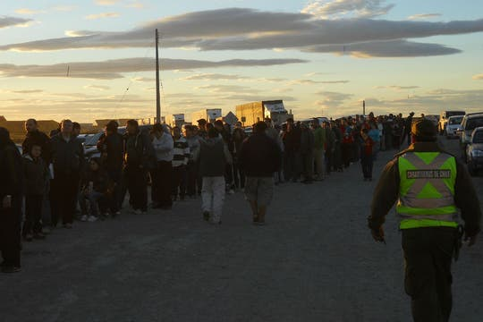 Argentinos esperando en migraciones de Chile, para cruzar el Paso de Integración Austral. Foto: LA NACION / red23.com.ar