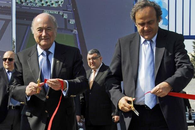 Platini, acusado, y Blatter sospechado de pagarle al francés con dinero de la FIFA