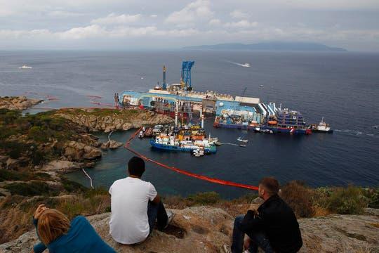 Personal capacitado trabaja en las operaciones para enderezar el crucero Costa Concordia, que encalló hace 20 meses. Foto: AP