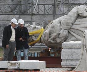De la estatua de Colón sólo queda en pie el grupo escultórico de la base