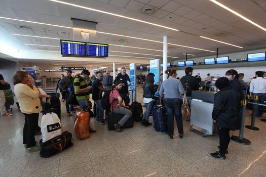 Tras el despiste del avión varios vuelos fueron cancelados, cientos de pasajeros esperan a que se reanuden los vuelos. Foto: LA NACION / Ricardo Pristupluk
