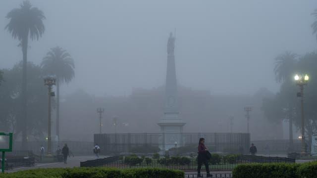 Una intensa niebla cubre la ciudad de Buenos Aires, se anuncian lluvias y tiempo inestable