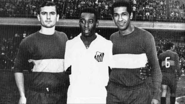 Pelé en la Bombonera; lo rodean Silvio Marzolini y el peruano Julio Meléndez