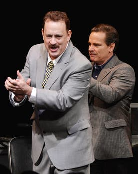 Hanks divertido junto a Peter Scolari en Broadway; el actor interpreta en la obra a un conocido periodista. Foto: AFP