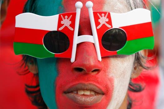 Nuestro pancho del día. Un fánatico de Omán, en este caso.. Foto: Reuters