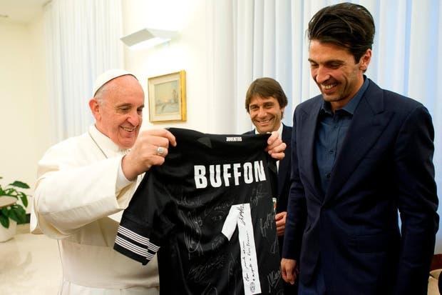 Y el papa Francisco sigue recibiendo gente, y van....  Foto:Reuters