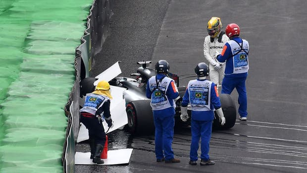Lewis Hamilton tras el accidente con su Mercedes