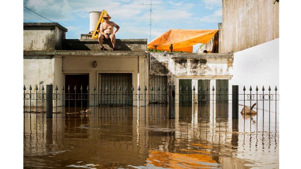 Vecino de la ciudad de Pergamino aguarda el escurrimiento de las aguas después de las inundaciones provocadas por las intensas lluvias, Diciembre de 2016. Foto: Trovato Fuoco Franco