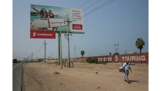 Alejandro Sánchez vende helados a lo largo de la Carretera Panamericana en el lado sur de Lima
