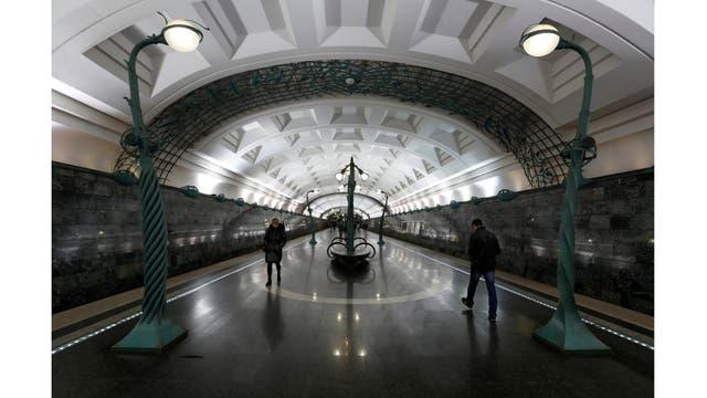 Una vista interior de la estación de metro Slavyansky Bulvar en Moscú, Rusia