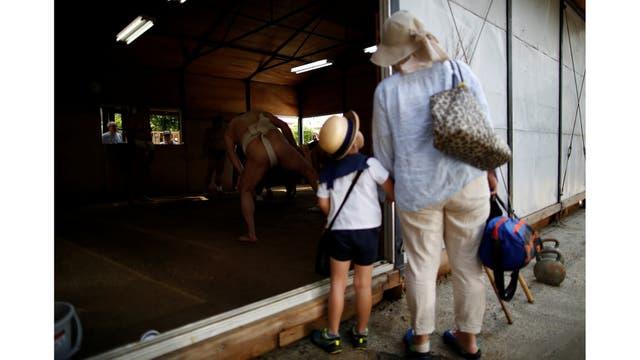 Residentes locales miran una sesión de entrenamiento en el templo