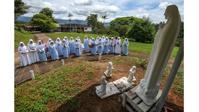 Oración matutina en un convento