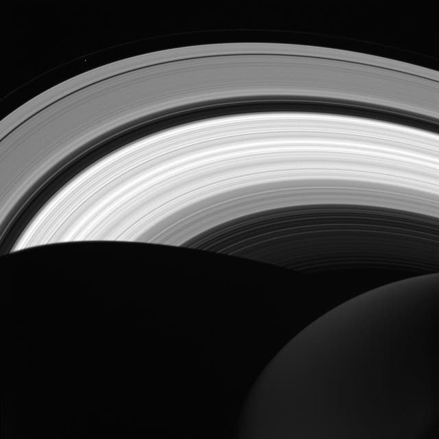 Saturno desde arriba, su cara oscura y la sombra del planeta sobre los anillos