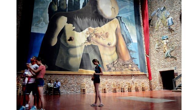 Esta tarde el cuerpo de Salvador Dali será exhumado y se obtendrá una muestra de su ADN para compararlo con el de Pilar Abel Marinez supuesta hija del pintor. El cuerpo se encuentra embalsamado en el teatro Museo de Dali ubicado en la ciudad de Figueras, Girona.