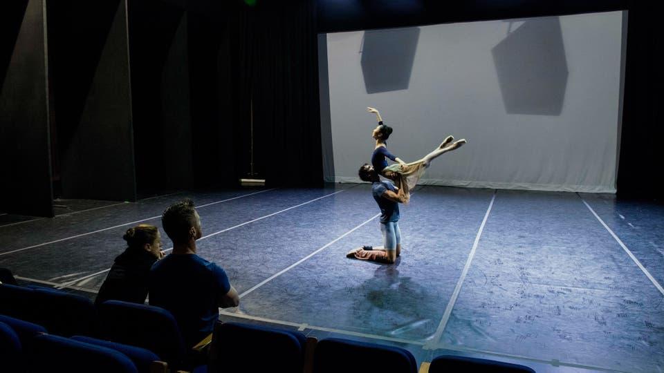 La bailarina principal Maria Noel Riccetto, sentada a la izquierda, y el maestro de ballet Daniel Galarraga observan a Damian Torio y Eunsil Kim ensayar para Romeo y Julieta