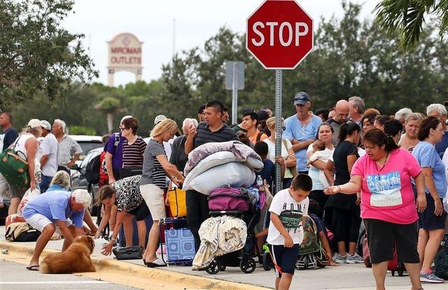 En Estero, en el lado oeste de Florida, cientos de personas esperaban ayer para ingresar a un refugio