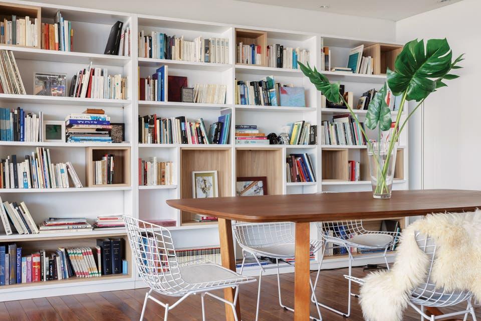 En el comedor principal, una mesa de madera de incienso (Deco Gallery) se combinó con sillas Bertoia blancas (Manifesto). La dupla cromática se repite en la biblioteca.  Foto:Living /Daniel Karp