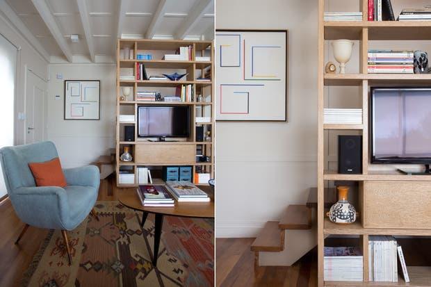 en este living se aprovech la biblioteca con estantes de distintos tamaos para ocultar la escalera que lleva a la segunda planta de la casa