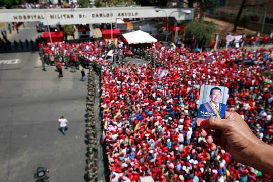 Una multitud acompaña el cortejo fúnebre y llora al presidente fallecido ayer, tras un prolongado tratamiento contra el cáncer. Foto: AP