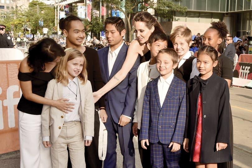 Angelina junto a sus seis hijos, la escritora Loung Ung y dos actores durante el Festival de Cine de Toronto, en septiembre último