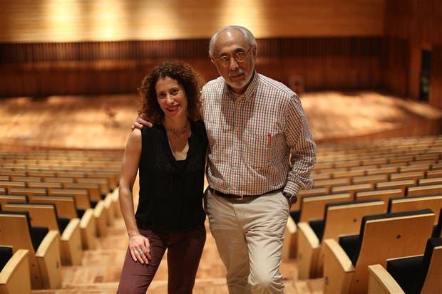 Padre e hija, en pantuflas y rodeados de música y poesía - 04.11 ...