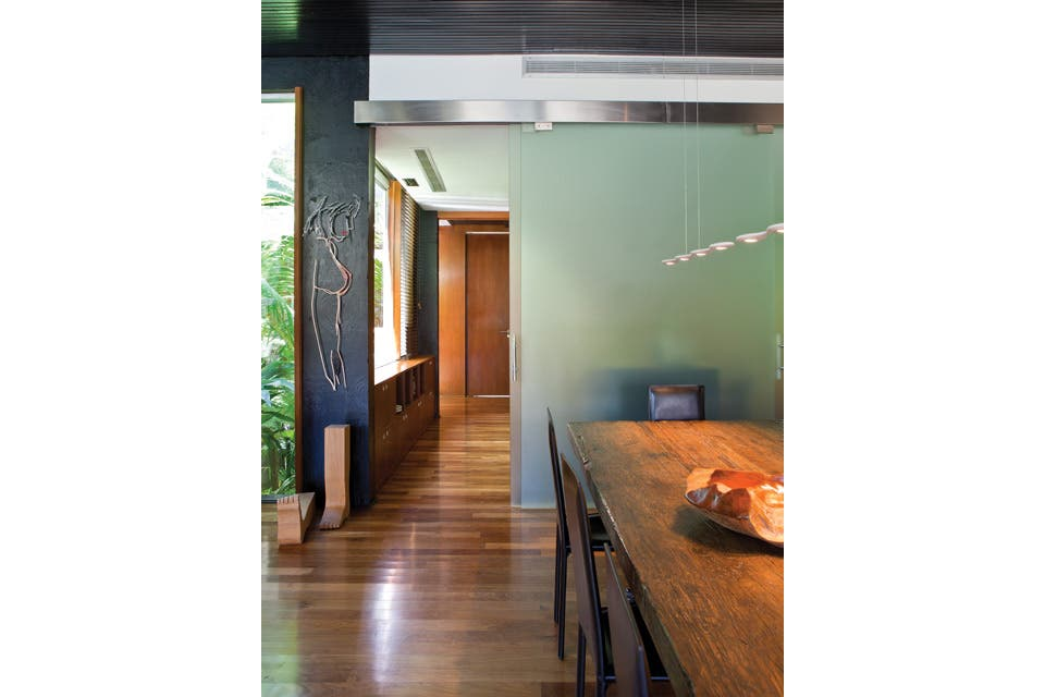 El comedo está en comunicación directa con la cocina mediante puertas corredizas de cristal tintado..