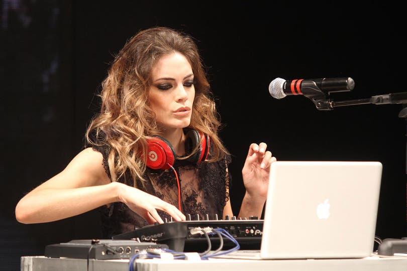La actriz se divirtió pasando música. Foto: Gerardo Viercovich