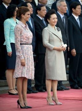 Juliana Awada,primera dama argentina y Peng Liyuan, esposa del presidente chino Xi Jinping, durante la ceremonia de bienvenida en el Gran Salón del Pueblo de Pekín. Foto: AP